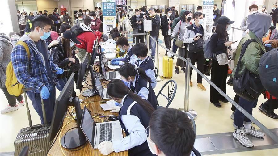 圖為在桃園機場第二航廈入境管制區內,一群從美國搭機返台的旅客,正在排隊查驗健康聲明書。(本報系資料照/范揚光攝)