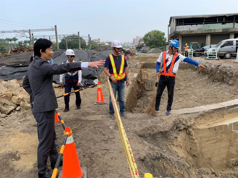 文化局長葉澤山今天也到場勘察,已要求鐵道局暫停該區域施工。(台南市文化資產處提供/曹婷婷台南傳真)