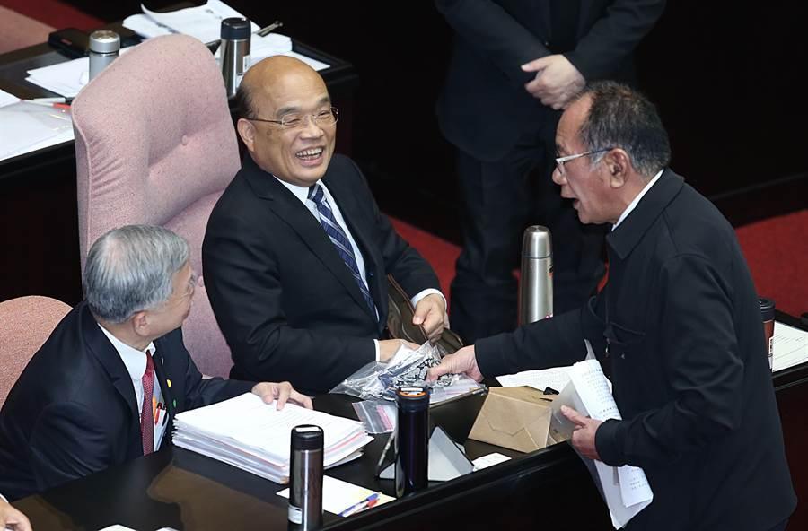 立委陳超明(右)在24日立法院質詢中將社區製作的口罩拿給行政院長蘇貞昌(中)了解。(姚志平攝)