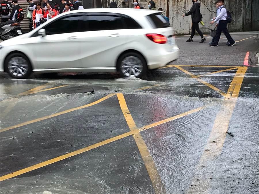 新莊龍安路疑水管破裂路面爆開水淹馬路。(讀者提供/吳家詮傳真)