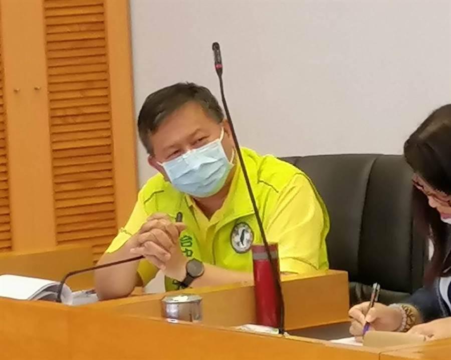 市議員李天生24日在市議會警消環衛委員會中,抨擊環保局裁罰不公,違反一行為、不二罰原則。(陳世宗攝)
