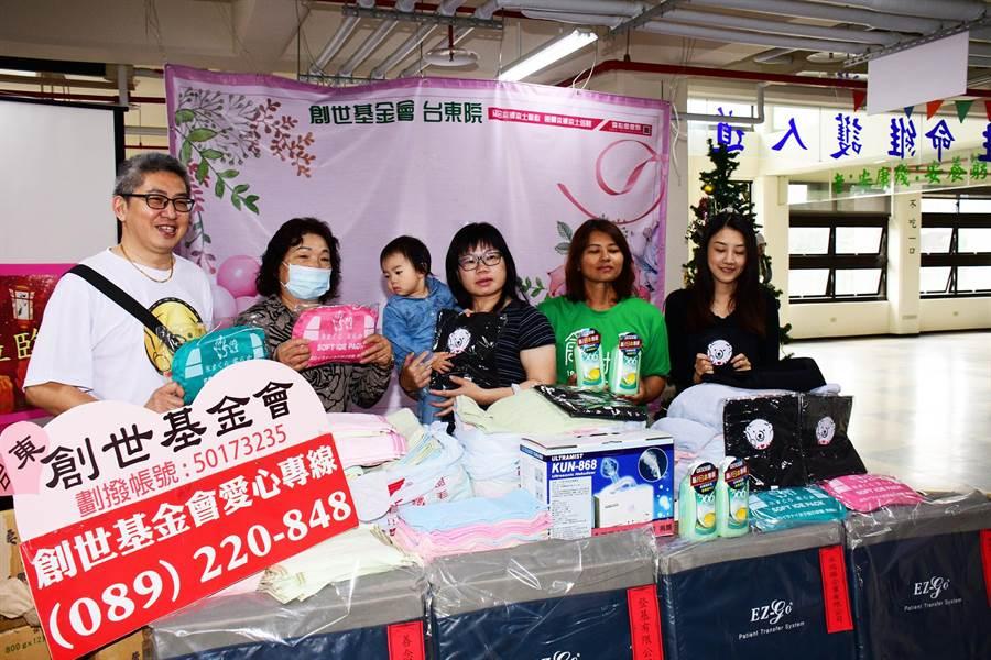 來自彰化的熊讚愛心團隊,24日捐贈物資給創世台東院,幫助植物人安養。(莊哲權攝)