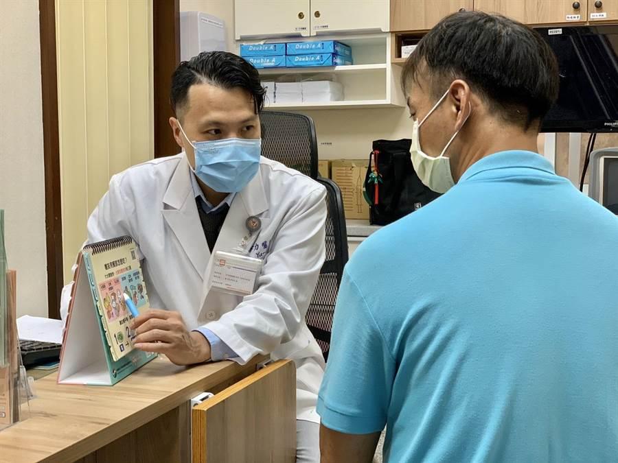 「活力得中山脊椎外科醫院」內科醫師李宇力(左)傳授五招訣竅,讓糖友食用春捲免踩雷。(柯宗緯攝)