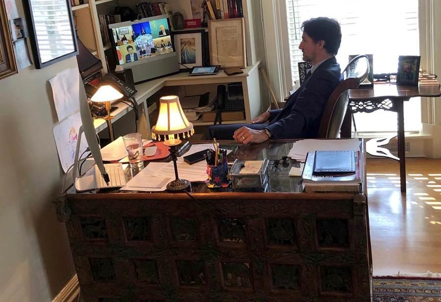 加拿大總理杜魯道居家隔離時,在書房的電腦上開G7領導人視訊會議,這張照片是他11歲的女兒拍攝並分享至Instagram上。畫面上可以清楚分辨其他6位G7國家領導人的影像。(圖/路透)