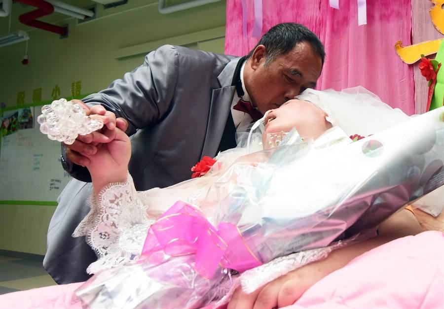 因為疫情關係,小黃司機「朱叔叔」已經1個多月看不到老婆;圖為2018年8月16日創世為兩人補辦溫馨婚禮。(莊哲權攝)