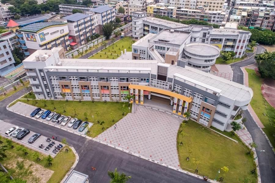 鼎金國中校舍建築,俯瞰即是一個「鼎」字,以永續校園、綠建築的概念打造。(高市工務局提供/袁庭堯高雄傳真)