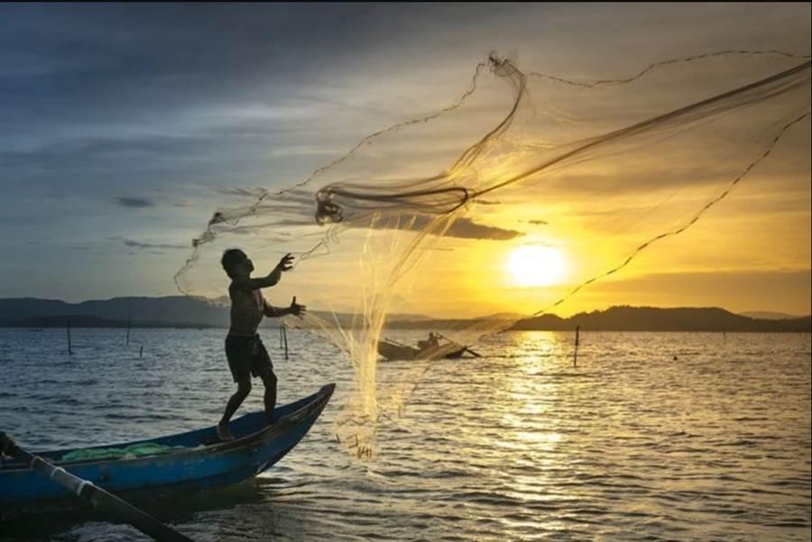 肯亞漁民在維多利亞湖灑網補魚。由於新冠肺炎阻斷來自中國大陸的進口冷凍魚,當地魚民的收入有所改善。(圖/Pixabay)