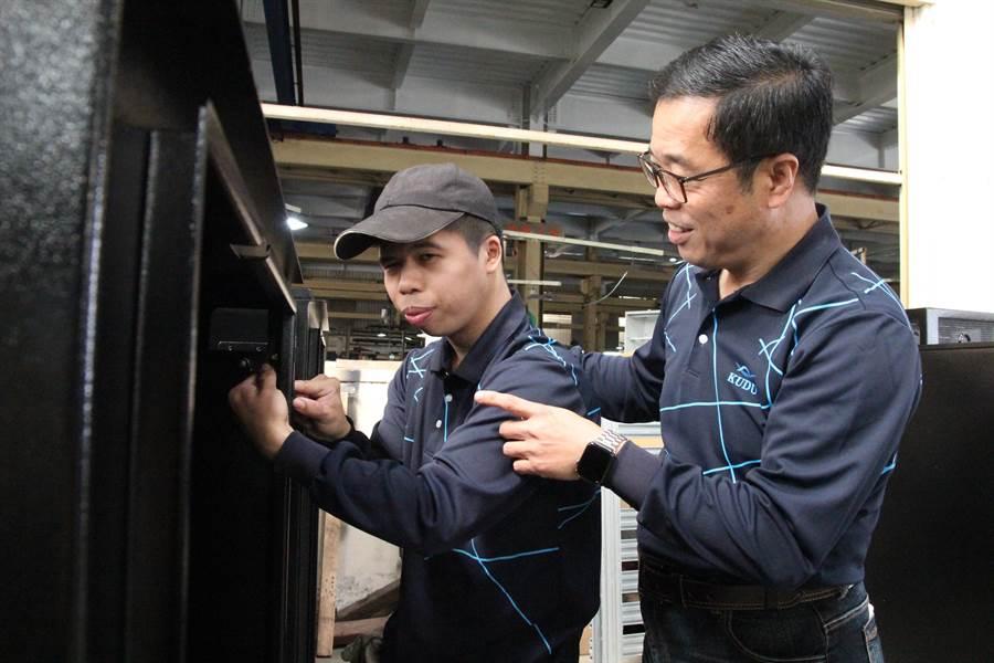 吳琮囿(右)安排冠合(左)負責「網路機櫃」後鈕組裝工作,指導他在高品質、高精密的作業環境中,駕輕就熟。(陳淑芬攝)