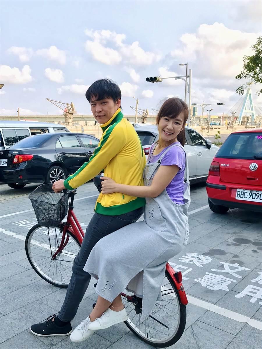 黃鐙輝、李又汝在《無主之子》中騎單車出遊。(民視提供)