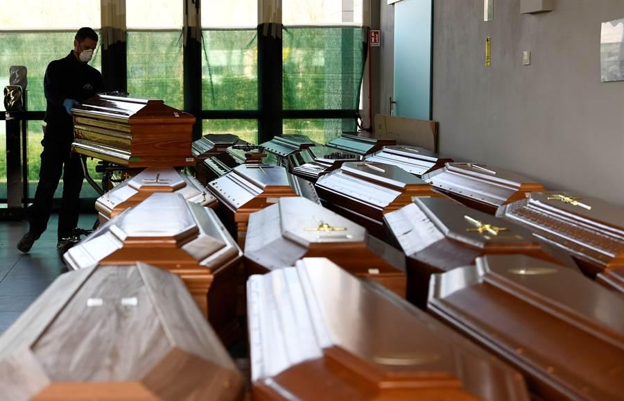 義大利疫情嚴重,死亡人數快速增加,教堂停放大量還來不及埋葬的新冠肺炎死者棺木。(圖/路透)