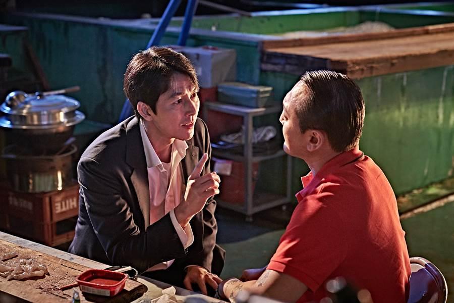 新片《抓住救命稻草的野獸們》由影帝鄭雨盛(左)主演。(双喜電影提供)