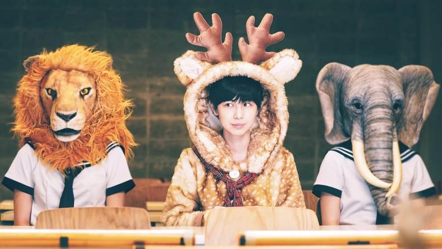 魏嘉瑩〈東東路〉MV穿著麋鹿裝穿梭台北大街小巷,呈現享受「迷路」樂趣。(小魏工作室提供)