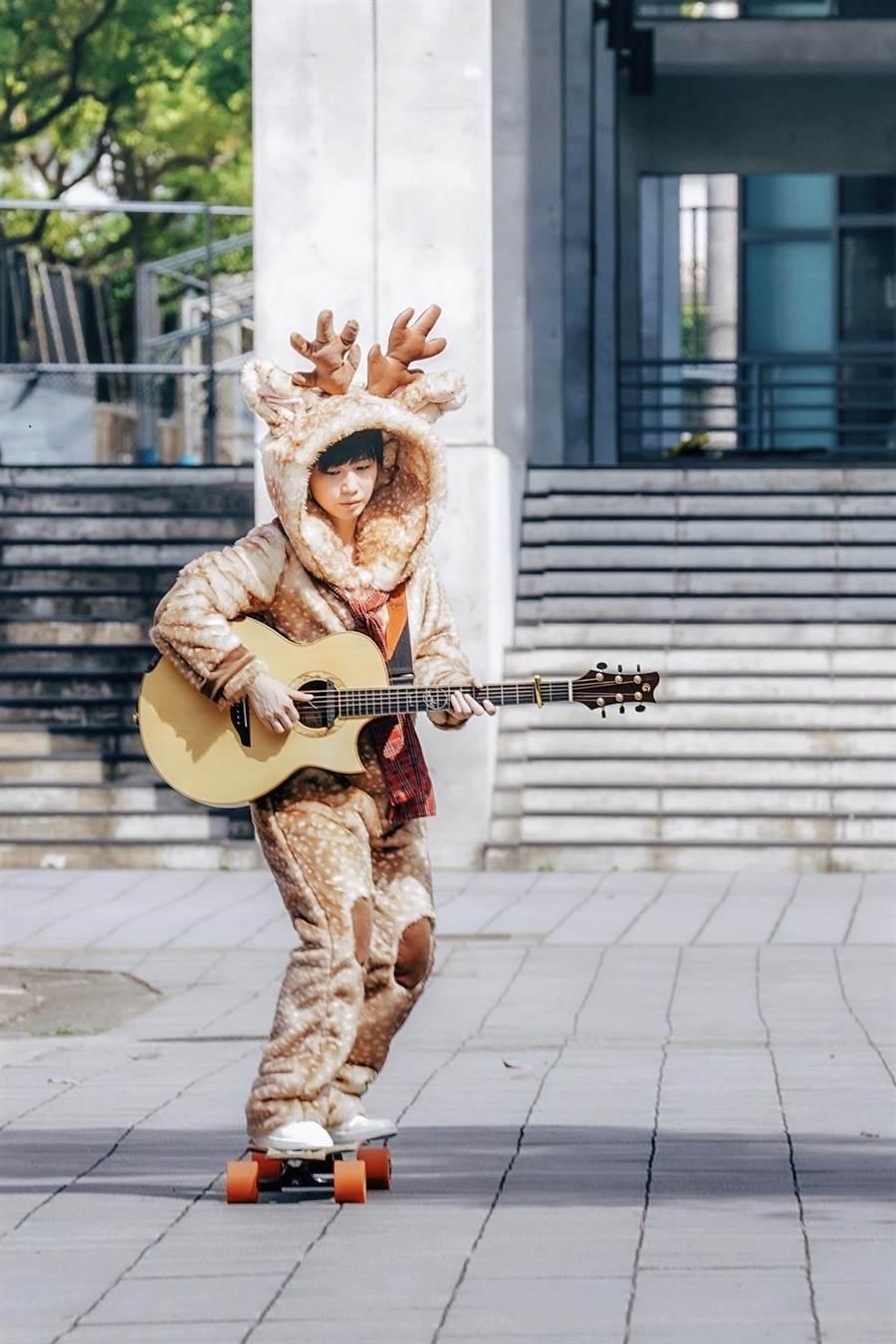 魏嘉瑩〈東東路〉MV挑戰穿麋鹿裝自彈自唱。(小魏工作室提供)
