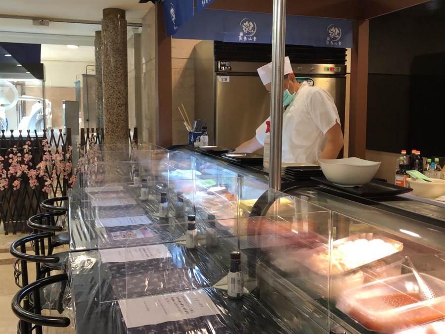 SOGO忠孝館春櫻展攤位和用餐區加強衛生清潔,增設隔板。(SOGO提供)
