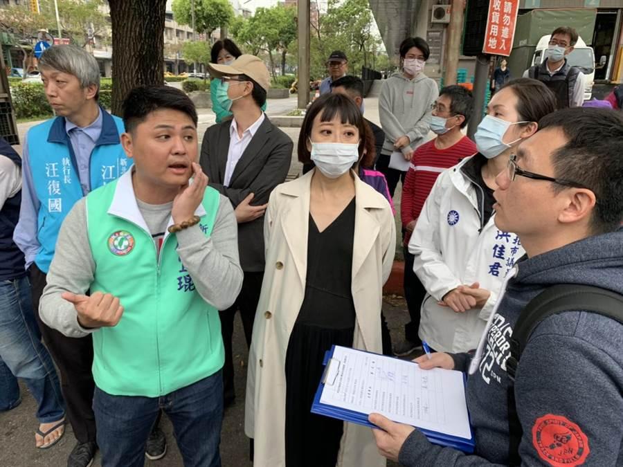 新北市議員江怡臻(中)、廖宜琨(左一)、洪佳君(右二)希望新北市交通局能協助改善,重新規畫路口設計,還給居民安全的交通道路。(張睿廷攝)