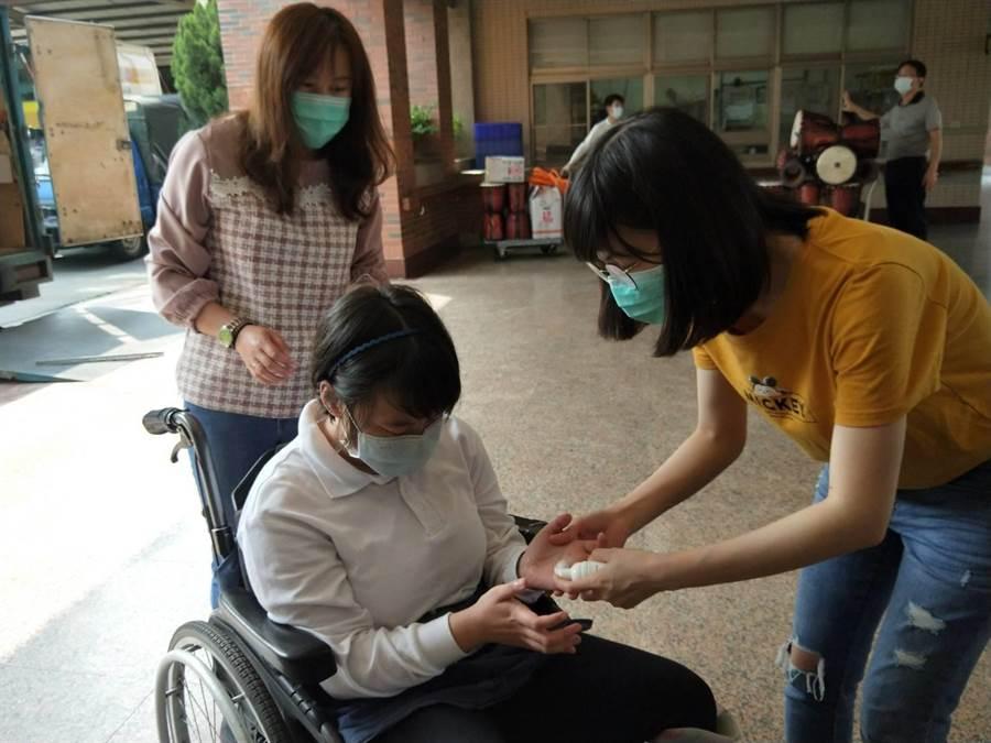 惠明盲校學生使用泡泡乾洗手防疫。(陳淑娥攝)