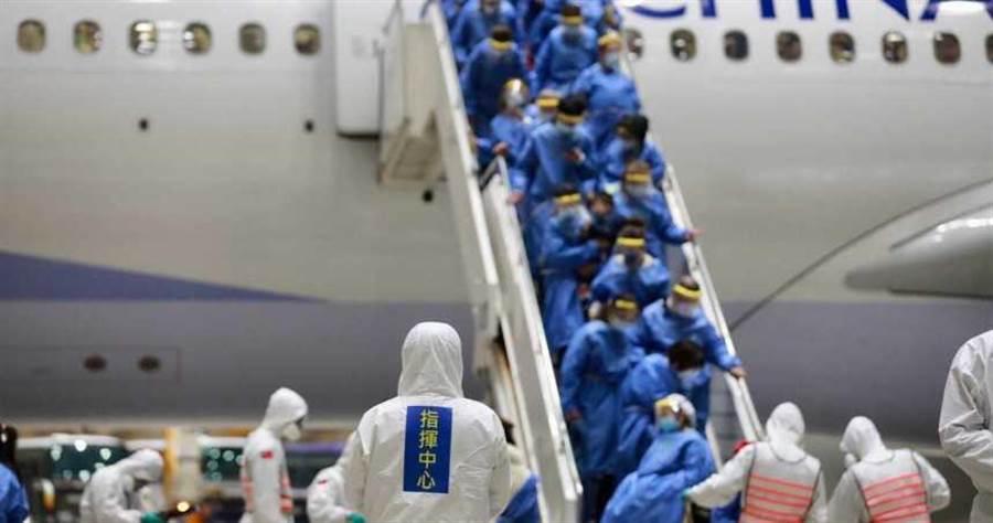醫師蘇一峰表示,台灣全民只要配合國家防疫政策,就能獲得全世界萬中選一的VVVIP醫療。圖為第2批武漢台商包機,回台檢疫大陣仗。(圖/中央流行疫情指揮中心提供)