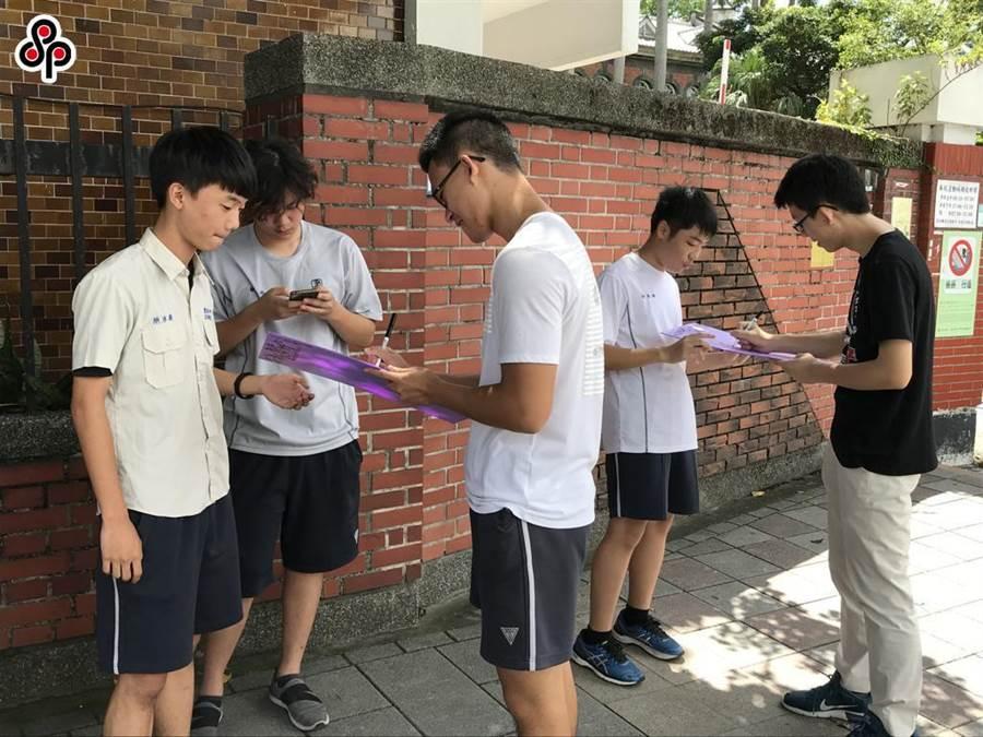 2018年9月建中學生認為「紫背心」校安人員糾舉服儀違規於法無據,在校門口發起連署,希望能再進一步與學校溝通、取得平衡。(本報資料照片)
