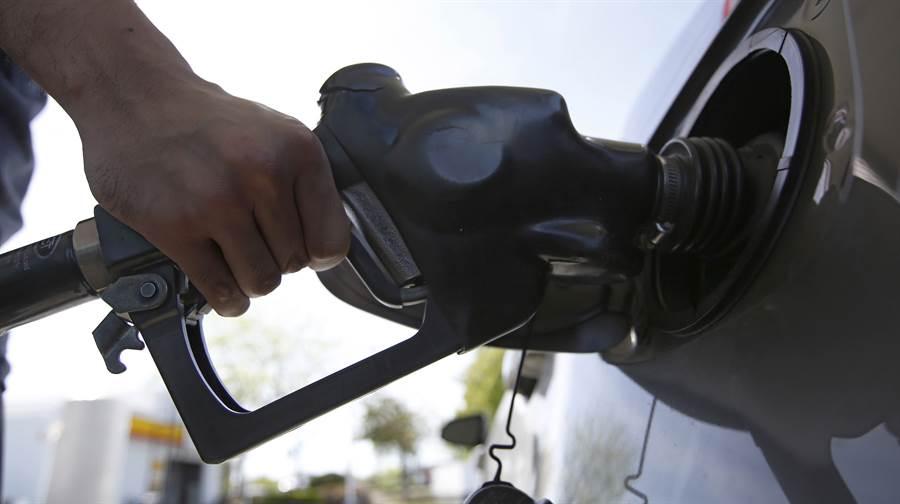 油國爭奪市場市佔令油價大幅下跌,但需求不振。圖/美聯社