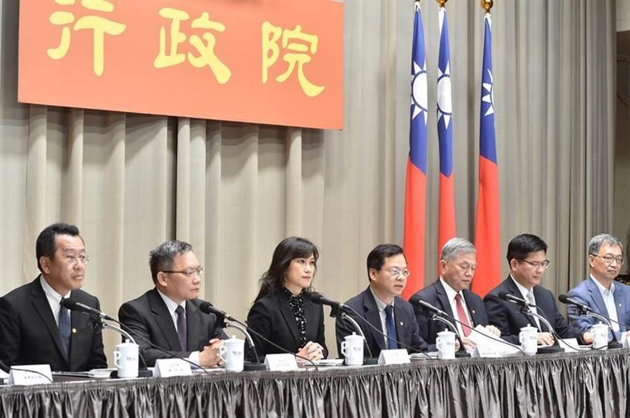 行政院宣布加碼紓困400億元方案,交通部將規劃500元國旅抵用券。(圖/行政院提供)