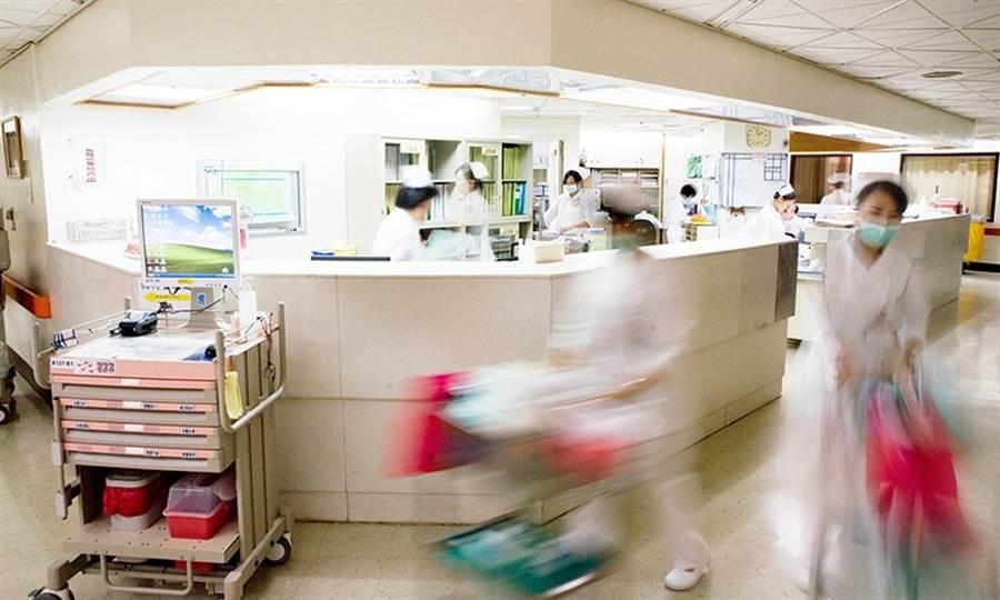 台灣陸續發生便當店拒送便當到醫院、房東拒租屋給護理師等事件,連不是最前線的護理人員都受歧視,還波及子女被排擠。(圖/陳德信)