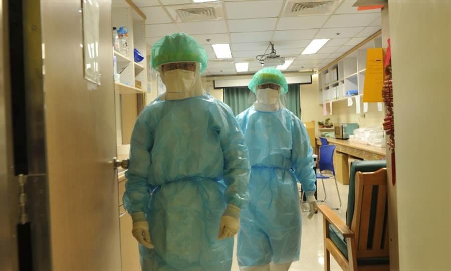 護理師在進入負壓隔離病房前必須全副武裝,包得密不透風,十分辛苦。(圖片來源:陳德信)