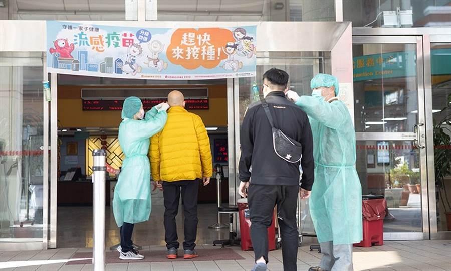在這場防疫作戰中,醫護人員都小心保護自己,在醫院門口為病患量測體溫也會穿上防護裝備。(圖片來源:陳弘璋)