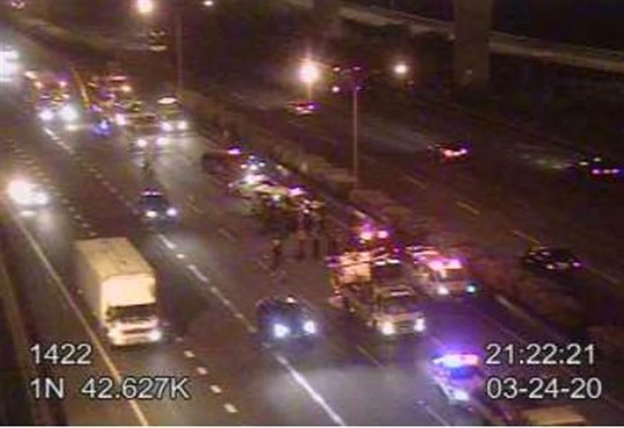 國道1號北上42.7公里路段,發生小巴士與工程車事故,有12人受輕傷。(翻攝照片/賴佑維桃園傳真)
