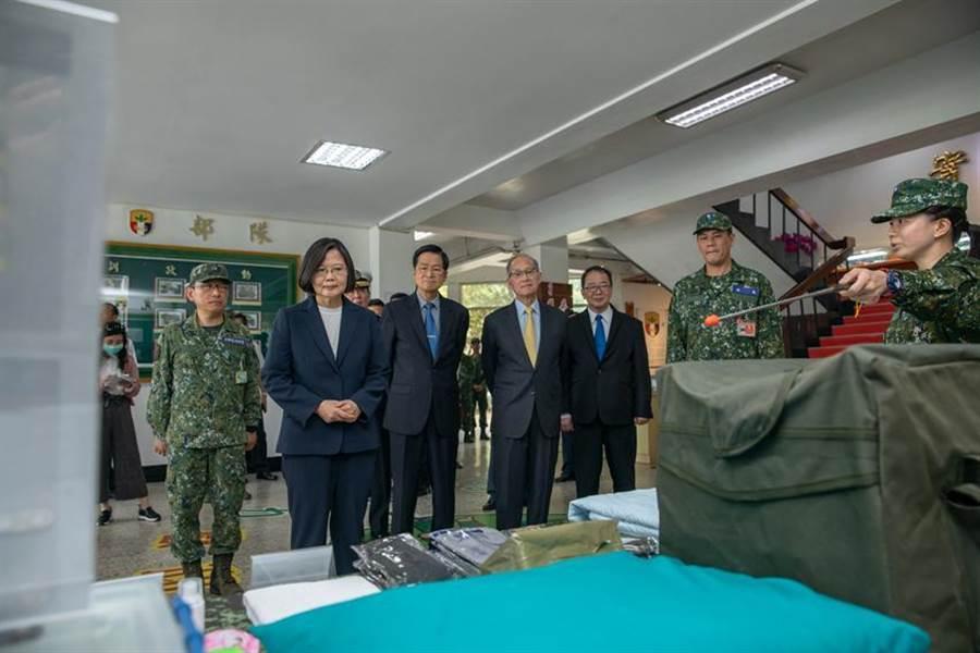 總統蔡英文視導軍隊防疫整備狀況。(圖/總統府提供)