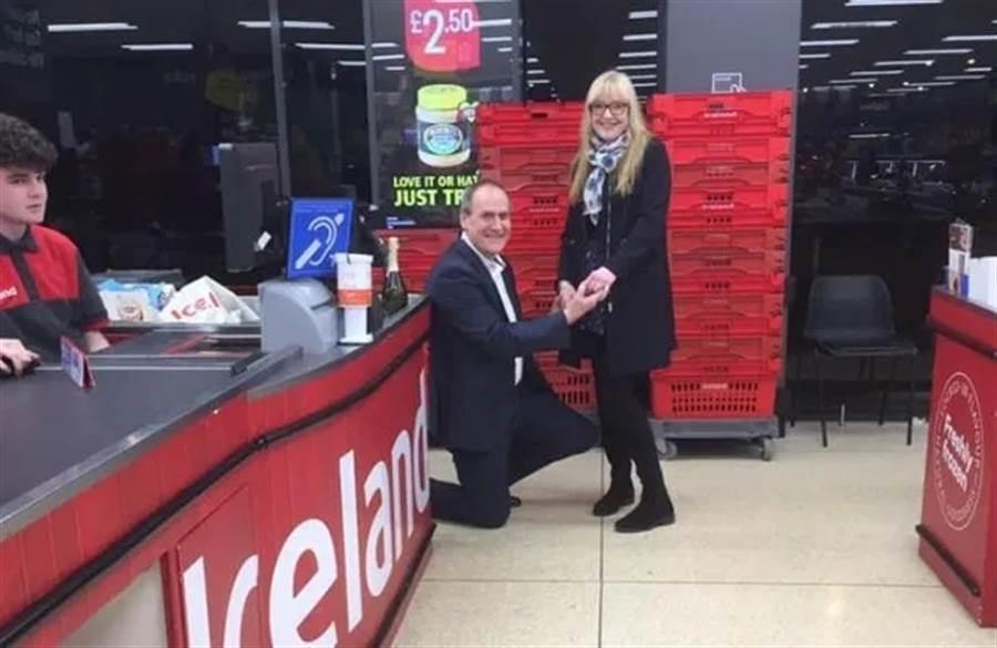 """羅伯特在""""冰島""""向帕特茜求婚成功。(來源:冰島超市社交媒體)"""