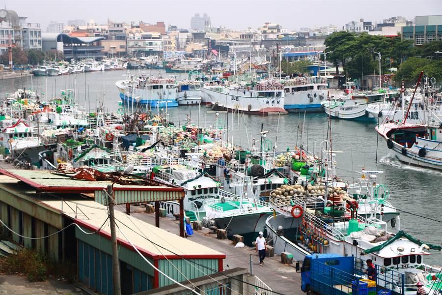 目前正值黑鮪魚、鬼頭刀捕撈期,但東港漁港卻停滿漁船,漁民苦嘆新冠肺炎疫情全球延燒,在印尼暫停輸出漁工後,根本找不到船員、出不了港。(謝佳潾攝)