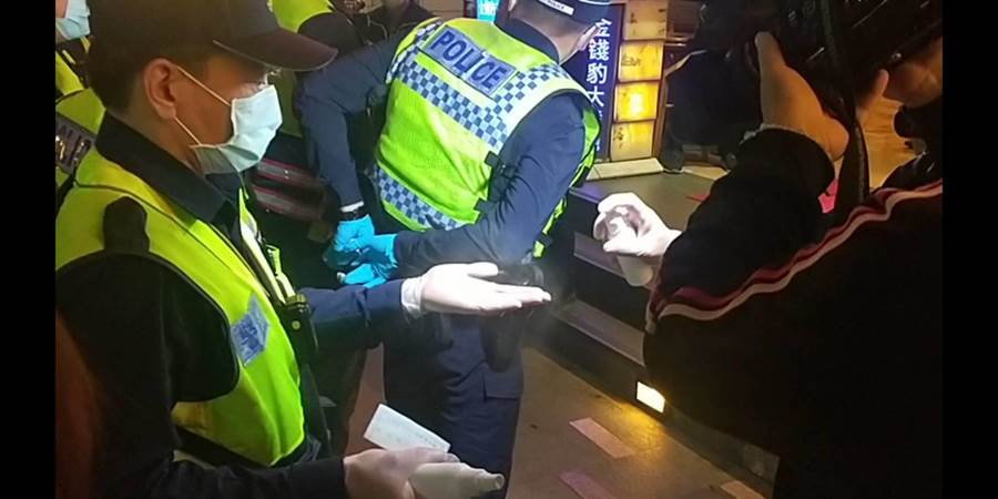 台中市府與警方稽查前,先行消毒,防疫優先。(翻攝照片/盧金足台中傳真)