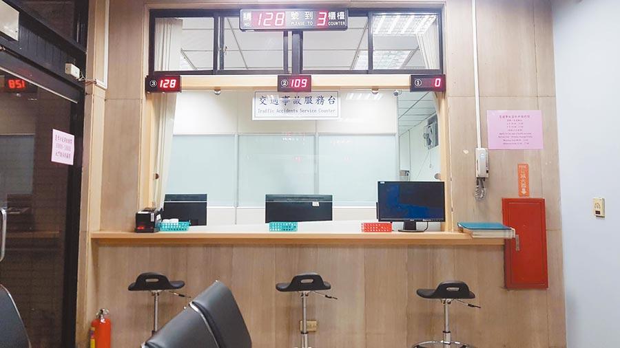 台中市警察局交通警察大隊,有計程車及交通事故服務中心的服務櫃台,全採透明隔板,提升2.0版,全面防疫。(台中市交通大隊提供/張妍溱台中傳真)