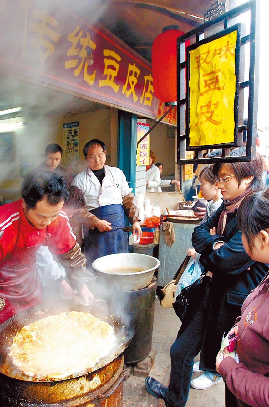 武漢小吃「豆皮」是當地風味美食。(新華社資料照片)
