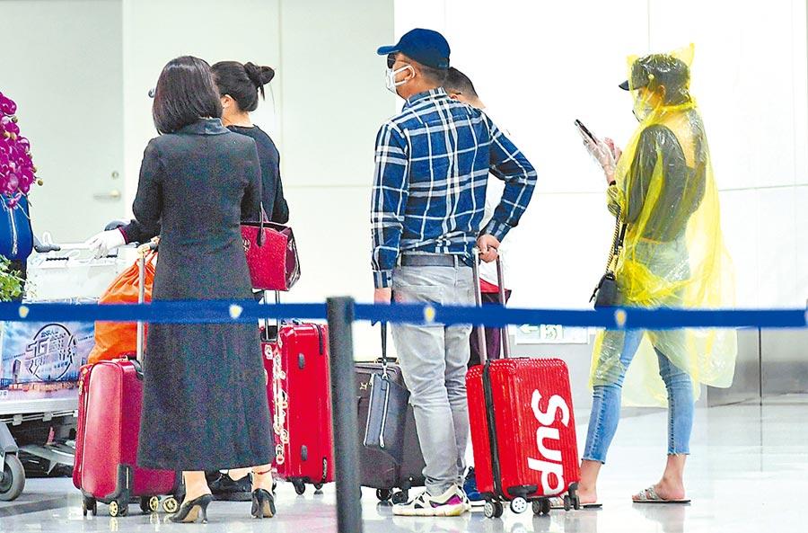 3月22日,境外入閩人員抵達福州機場後,等候安排去隔離點。(中新社)