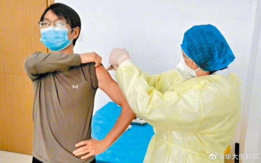 3月19日中午,編號為「011」的志願者陳凱(左)注射了疫苗。(取自新浪微博@華大生科院)