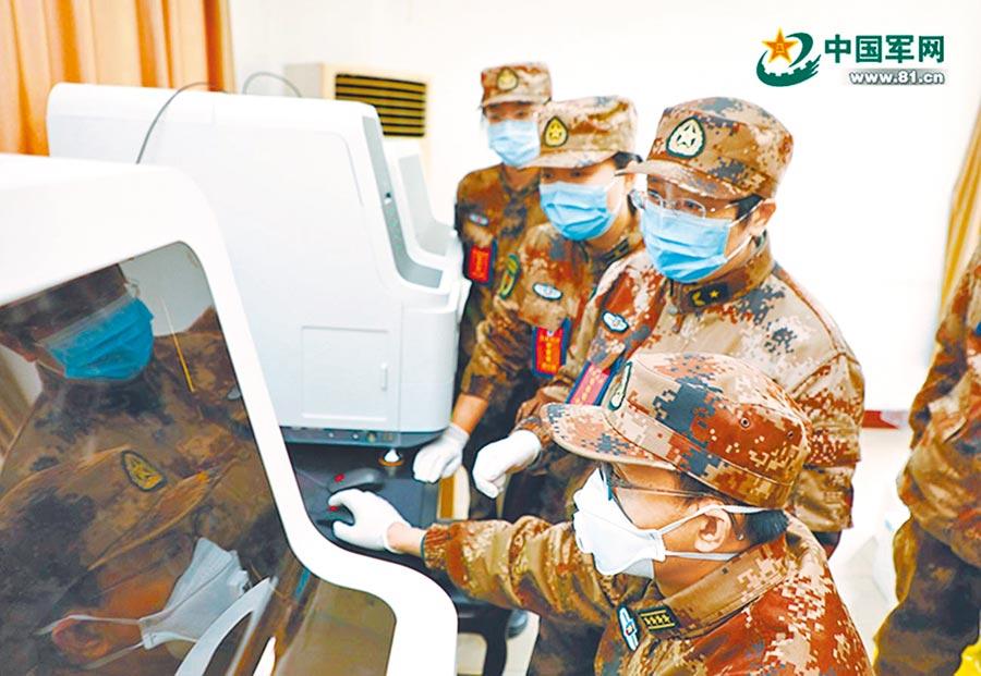大陸女將軍陳薇所帶領的研究團隊在實驗室裡查看核酸檢測數據。(取自中國軍網)
