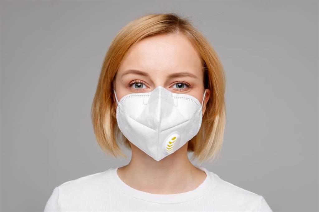 新冠肺炎全球肆虐,台防疫策略受多國讚賞,近日社群媒體掀起「壓平曲線」熱潮,其與台防疫措施有異曲同工之妙。(示意圖/Shutterstock)