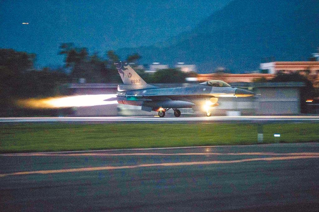 國軍「聯翔操演」24日拂曉實施,空軍F-16戰機緊急升空,模擬攔截敵機。(國防部提供)