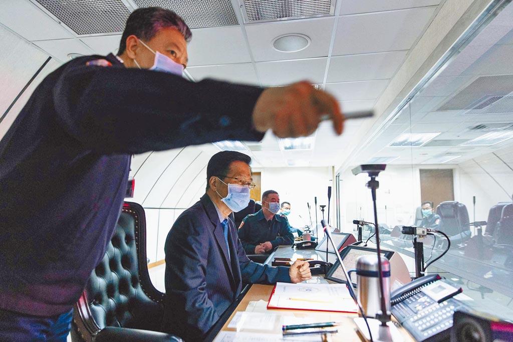 國軍「聯翔操演」,國防部長嚴德發(左2)視察三軍聯合作戰指揮中心等地。(國防部提供)