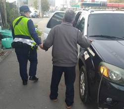 老翁思念妻子迷航 台中警車陣中救出「手牽條條」背影感動路人