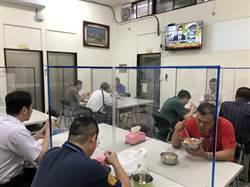 警局防疫餐廳設隔板 警KUSO 「不怕雞腿被搶了」