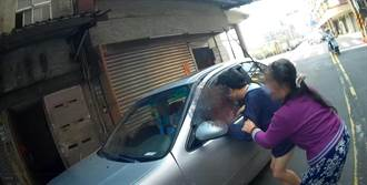 男子裸露下體攔車趴趴走 金山警耐心安撫身障者協助返家