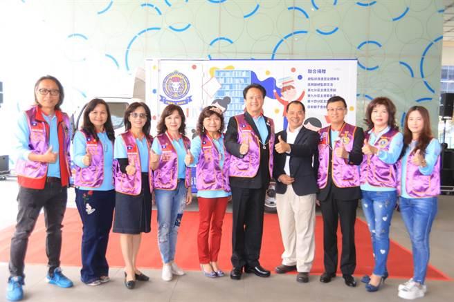 國際獅子會300E1區捐贈第二代行動通閱書車,總監邱良進(右五)代表贈與高市圖館長潘政儀(右四)。(林宏聰攝)