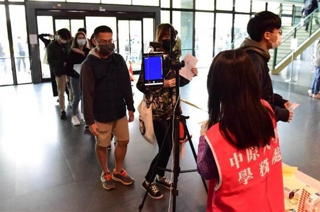 新型冠狀病毒肆虐全球,台灣大專院校已延後開學因應,並成立防疫專區與相關小組來應對開學的各種狀況。(圖片取自中時電子報)