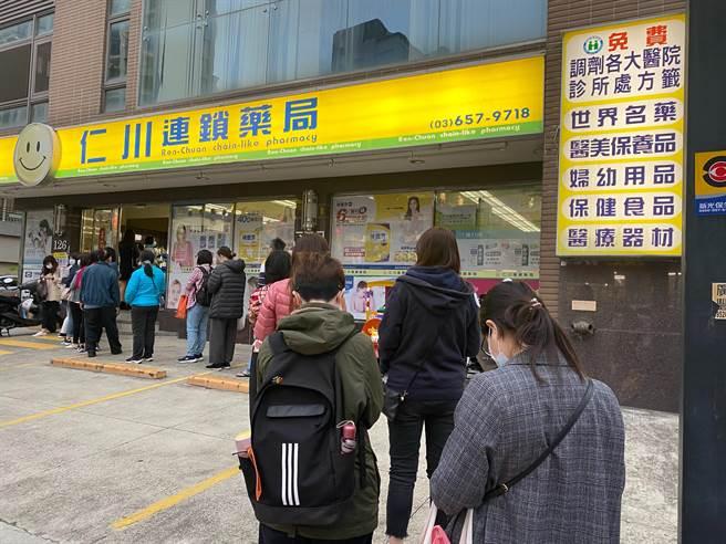 口罩仍是防疫期間搶手物資,新竹縣有35間健保特約藥局26日起加量販售成人口罩。(莊旻靜攝)