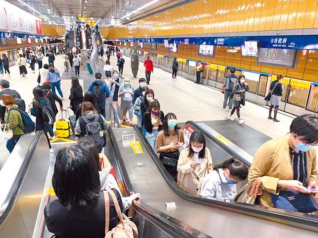 議員憂心大眾運輸工具成防疫破口,呼籲市府應盡速強制乘客戴口罩。(張薷攝)