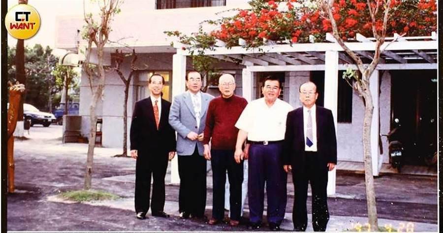 陳茂正(左)備受兄長疼愛,接收到許多金援,但如今他卻連兄長的葬禮都沒出席。(圖/張文玠攝)