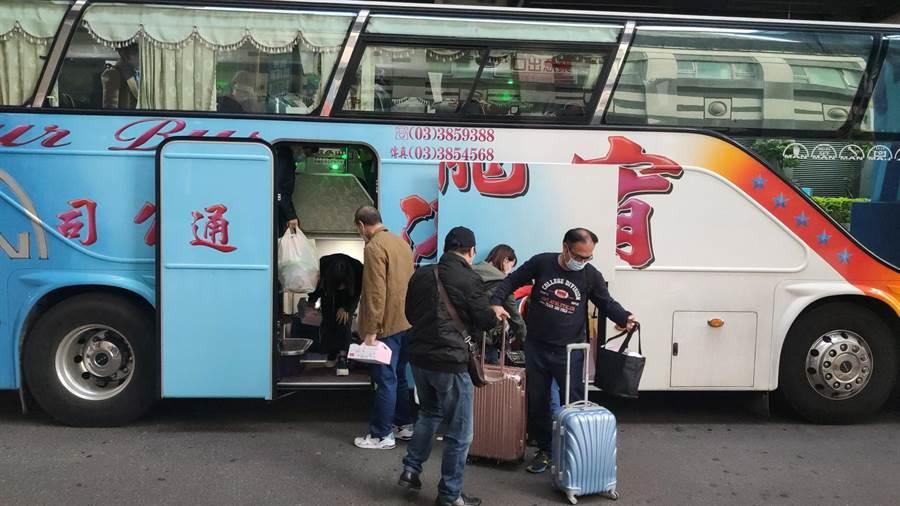 第2批武漢包機返台,25日結束檢疫,部分人員前往機場捷運。(賴佑維攝)