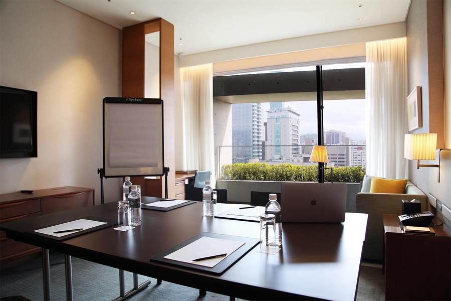 〈誠品行旅〉協助企業防疫,將客房打造為融合商務機能與人文時尚的客房工作空間。(圖/誠品行旅)